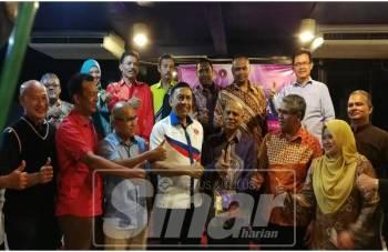 Zulkifli (depan; empat, kiri) bersama wakil polis, NGO dan ikon yang berjaya pulih daripada masalah dadah.