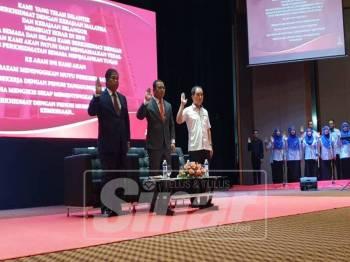Amirudin membaca ikrar sewaktu Majlis Perhimpunan Bulanan Jabatan-Jabatan Kerajaan Negeri Selangor, hari ini.