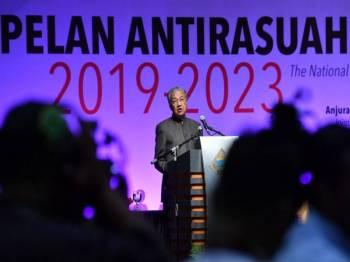 Perdana Menteri Tun Dr Mahathir Mohamad ketika berucap melancarkan Pelan AntiRasuah Nasional (NACP) 2019-2023 di Pusat Konvensyen Antarabangsa Putrajaya (PICC) hari ini. NACP 2019-2023 dilaksanakan berdasarkan 22 strategi yang akan diberi keutamaan bagi enam sektor utama. Ia mengandungi 115 inisiatif antirasuah melibatkan sektor iaitu politik; perolehan awam; penguatkuasaan undang-undang; pentadbiran sektor awam; perundangan dan kehakiman; serta tadbir urus korporat. - Foto Bernama