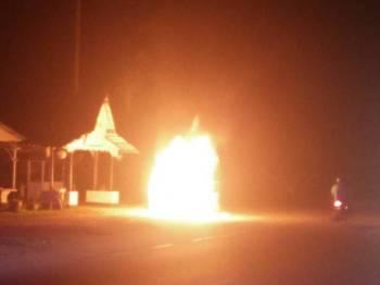 Kereta Perodua Kancil terbakar secara tiba-tiba yang sempat dirakam oleh pengguna laluan Pasir Mas -Rantau Panjang berhampiran Lubok Jong.