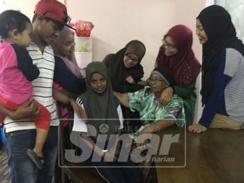 Rosiah Mansor, 52, (duduk kiri) bersama ibunya, Sanah Mat Nor, 81, serta adik beradik yang lain di rumahnya  di Solok Terentang Kampung Jus setelah dia ditemui selamat pada jam 9.50 pagi tadi.