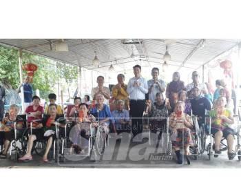 Tze Min (berdiri tengah) bergambar bersama warga emas dan pemimpin daerah Padang Terap yang turut menghadiri program tersebut.