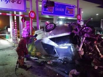 Kereta dinaiki mangsa terbabas sebelum melanggar plaza tol berkenaan. - Foto : Ihsan JBPM Johor