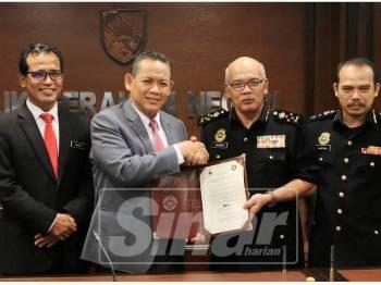 Aminuddin (dua kiri) menyerahkan IBR kepada Shamshun(dua dari kanan) sambil diperhatikan Setiausaha Kerajaan Negeri, Datuk Dr Razali Ab Malik (kiri).