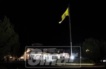 Bendera peribadi Al Sultan Abdullah diturunkan dan dinaikkan dengan bendera rasmi Yang di-Pertuan Agong ke 16, di kediaman baginda di Istana Abdul Aziz di sini tepat jam 12 tengah malam, tadi.