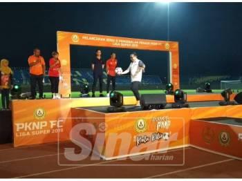 Zainol Fadzi membuat gimik pelancaran dengan menyepak bola kepada penyokong pada majlis berkenaan.