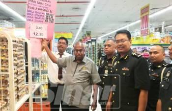 Ramakrishnan (dua, kiri) sewaktu Majlis Pelancaran SKHMP Tahun Baharu Cina 2019 Peringkat Negeri Johor di Pasar Raya Econsave Kluang, hari ini.