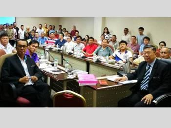 Kok Yew (kanan) ketika mempengerusikan majlis perjumpaan bersama AJK MPKK dari Kampung Baru.