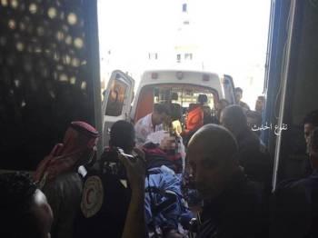 Mangsa yang cedera dimasukkan ke alam ambulans untuk dibawa ke hospital berdekatan.