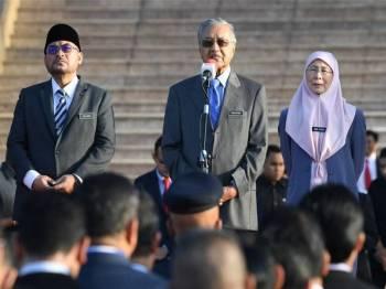 Perdana Menteri Tun Dr Mahathir Mohamad (tengah) berucap pada Perhimpunan Bulanan Jabatan Perdana Menteri di Putra Perdana. Turut sama Timbalan Perdana Menteri Datuk Seri Dr Wan Azizah Wan Ismail (kiri) dan Menteri di Jabatan Perdana Menteri Datuk Seri Dr Mujahid Yusof Rawa. -Foto Bernama