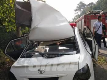 Keadaan kereta jenis Toyota Vios dinaiki empat mangsa remuk teruk selepas terbabit kemalangan.
