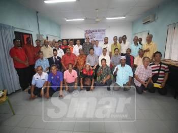 Mazlan (duduk, tengah) bersama ahli Gabungan Persatuan Pengusaha Tuanpunya dan Pemandu Kereta Sewa Negeri Johor.