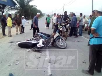 Motosikal kedua-dua mangsa remuk dalam kemalangan di Seberang Perak hari ini. - Foto: ihsan pembaca