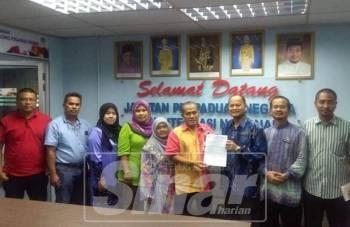 Ramly berkongsi perkembangan penubuhan koperasi bersama Pengarah Perpaduan negeri, Burhanuddin Daud (tiga, kanan).