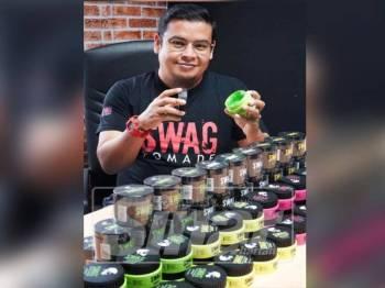 Mohd Rozailmee menunjukkan pelbagai jenis Swag Pomade yang dijual di pasaran.