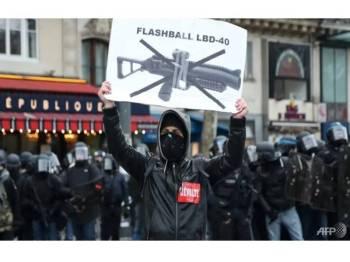 Penunjuk perasaan ves kuning mahu penggunaan senjata LBD diharamkan.- Foto AFP