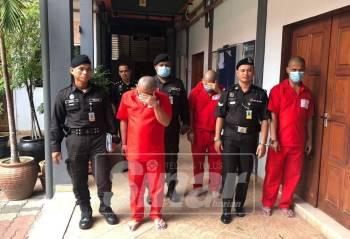 Ketiga-tiga mereka dikawal anggota penjara keluar dari bilik mahkamah selepas hukuman diputuskan.