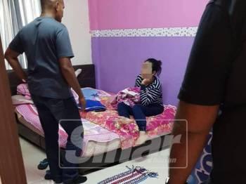 Polis menahan seorang wanita berusia 31 tahun di pangsapuri terbabit dan dibawa ke Balai Polis Ayer Keroh, untuk siasatan lanjut.