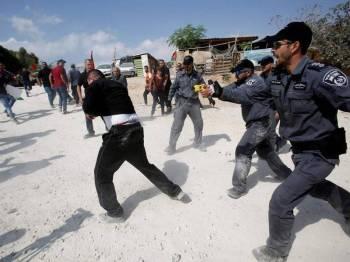 Polis Israel menggunakan kekerasan bagi menyuraikan penduduk kampung yang membantah tindakan Zionis merobohkan bangunan di timur Baitulmaqdis.