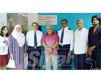 Mazlan (tiga, kiri) ketika pertemuan dengan Penegrusi Kumpulan Media Karangkraf, Datuk Hussamuddin Yaacub (tengah), hari ini.