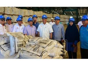 Amiruddin (empat, kanan) bersama Phahrolrazi (empat, kiri) ketika melawat kilang Malaysian NPK Fertilizer di Gurun.