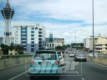 Kenderaan mula sesak di jambatan susur jalan Teluk Wan Jah menuju ke Aman Central.