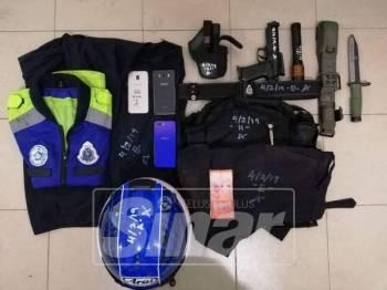 Pelbagai kelengkapan polis yang digunakan dalam penyamaran dirampas