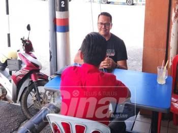 Kalam Biru (baju merah) ditemui bersama seorang rakannya meluahkan hasrat bertemu Najib bagi mengemukakan permohonan maaf.
