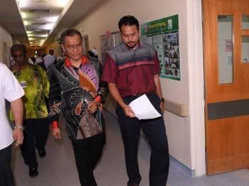 Menteri Kesihatan Datuk Seri Dr Dzulkefly Ahmad (dua, kanan) ketika membuat kunjungan sempena Tahun Baru Cina di Hospital Ampang hari ini. Foto: Bernama