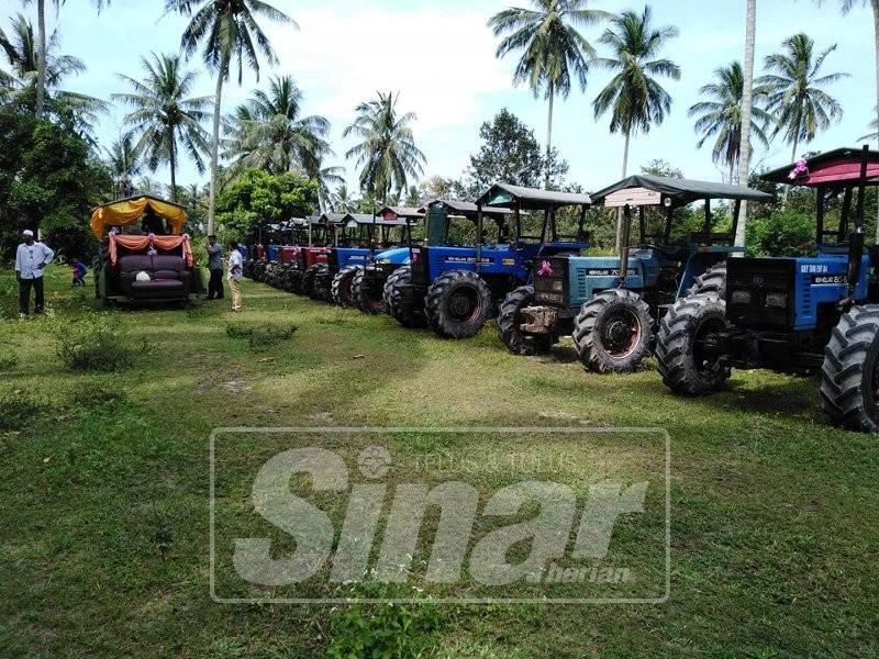 Sebanyak 14 traktor dalam keadaan sedia untuk perarakan pengantin baharu di Kampung Gong Kulim.