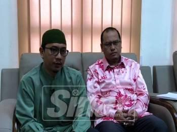 Muhammad Khalil (kiri) dan Amzad sewaktu sidang media yang diadakan di Pejabat Pusat Khidmat Parlimen Kuala Terengganu, di sini.