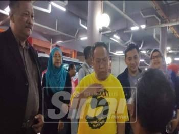 Mohd Said (tengah) bertanya sesuatu kepada gelandangan yang ditemui.