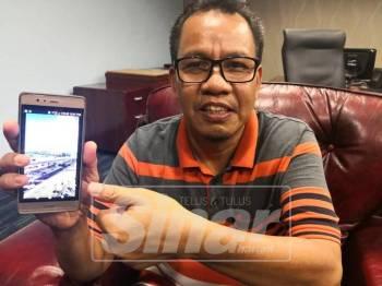 Mohd Sofi menunjukkan gambar jejantas baharu yang dibuka kepada pengguna di persimpangan MITC sejak beberapa hari lalu.