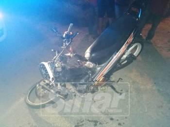 Keadaan motosikal milik mangsa yang terlibat dalam kemalangan yang mengorbankan dua lelaki di Bota, hari ini.