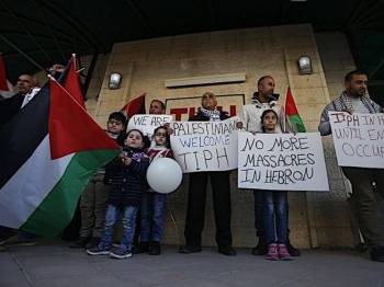 Penduduk Palestin mengecam keputusan Perdana Menteri Israel, Benjamin Netanyahu pada awal minggu lalu untuk tidak memperbaharui mandat pemerhati awam antarabangsa sementara Hebron (TIPH) di Hebron. -AFP