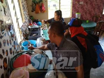 Smuliadi meninjau kediaman salah seorang penduduk Kampung Orang Asli Kampung Jeram Padang.