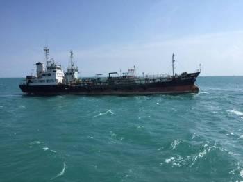 Kapal tangki tanpa kebenaran bersauh ditahan Maritim Malaysia.