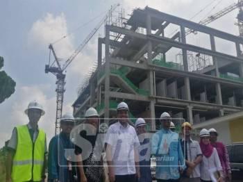 Dr Afif (empat,kiri) ketika meninjau perkembangan projek pembangunan yang dilaksanakan di Hospital Seberang Jaya.