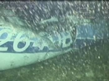 Penyiasat Britain menemui mayat dalam bangkai pesawat yang membawa pemain bola sepak Argentina, Emiliano Sala, kelmarin. - Foto Reuters