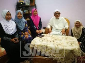 Wartawan bergambar bersama Abdul Hadi selepas berakhir sidang media.