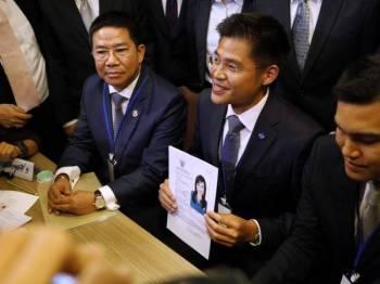 Pegawai parti Thai Raksa Chart menunjukkan borang permohonan Puteri Ubolratana Rajakanya sebagai calon perdana menteri. - Foto AFP
