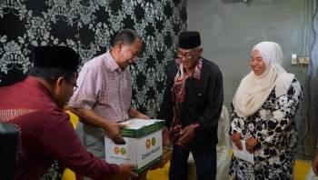 Sultan Sallehuddin berkenan menyerahkan sumbangan kit kotak makanan dari Lembaga Zakat Negeri Kedah (LZNK) kepada Jasni (dua kanan).