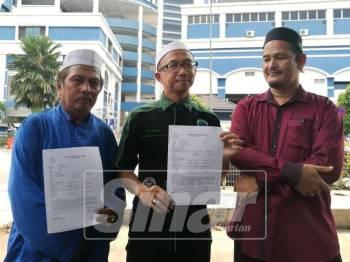 Mat Ramlee bersama NGO lain hadir membuat laporan polis berhubung isu pelekat yang didakwa mempunyai kalimah ALLAH.