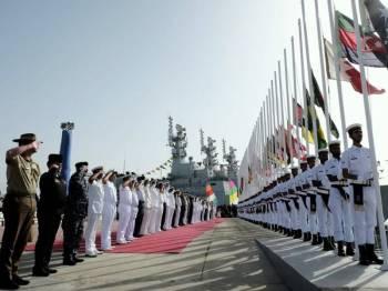 Acara memberi tabik hormat bendera negara peserta oleh pegawai tertinggi Tentera Laut yang menyertai 'Aman Exercise 2019' di Karachi, Pakistan mulai hari ini. - Foto Bernama