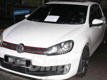 Kereta Volkswagen yang dirampas dari suspek.