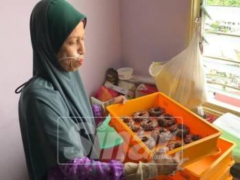 Menjual kuih muih menjadi sumber pendapatan Idayu untuk membesarkan tiga anaknya.