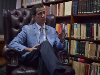 Juan Guaido tidak menolak kemungkinan campur tangan tentera AS bagi menggulingkan Presiden Nicolas Maduro. - Foto AFP