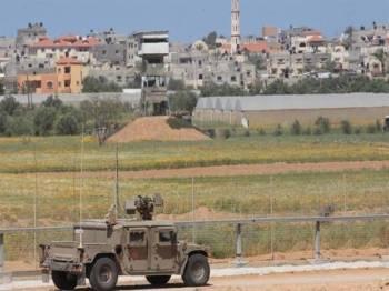 Kenderaan tentera Israel melakukan rondaan di zon penampan di timur Deir Al-Balah.