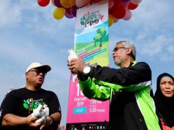Khalid Abd Samad dan Datuk Dr Aminuddin Hassim (kiri) melepaskan burung merpati pada program Putrajaya Park's Day yang diadakan sempena sambutan Hari Wilayah Persekutuan 2019 di Padang Semarak Taman Wetland, Presint 13, hari ini. Foto: Bernama