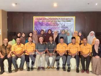 Ahmad Kidzbullah (duduk, lima kanan) bergambar bersama ahli alumni dan kakitangan Etiqa Takaful pada majlis berkenaan.